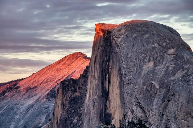 Photo panoramique de la formation rocheuse dans le parc national de yosemite situé en californie, états-unis