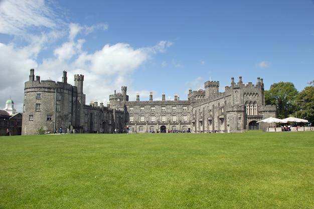 Photo panoramique d'une journée ensoleillée dans les jardins du château de kilkenny