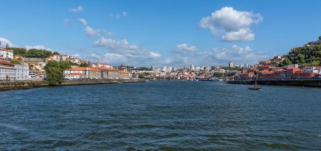 Photo panoramique de la vieille ville de porto, portugal avec la rivière douro