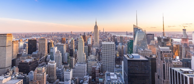Photo panoramique de la ville de new york au centre-ville de manhattan avec des gratte-ciels au coucher du soleil