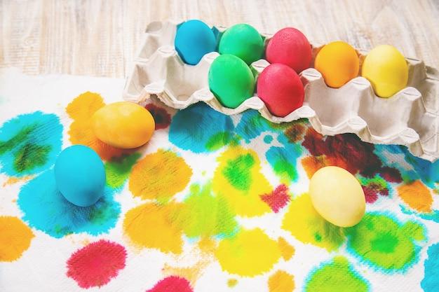Photo de pâques. joyeuses pâques. œufs mise au point sélective.