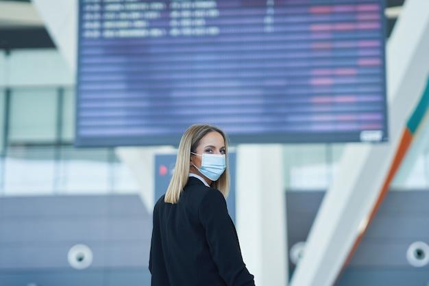 Photo d'une passagère adulte à l'aéroport