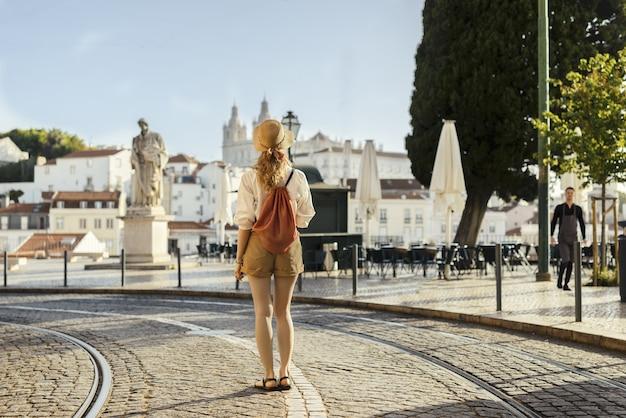Une photo de paysage d'une jeune femme voyageur
