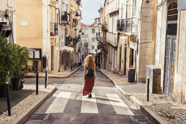 Une photo de paysage d'une jeune voyageuse