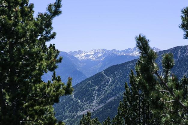 Photo de paysage de montagne des pyrénées enneigées dans la station de ski d'el tarter, andorre.