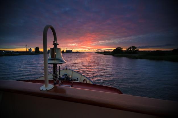 Photo de paysage d'un restaurant flottant vide pendant la belle heure du coucher du soleil