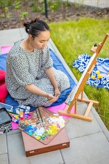 Photo de peinture de jeune femme asiatique dans la terrasse de la maison