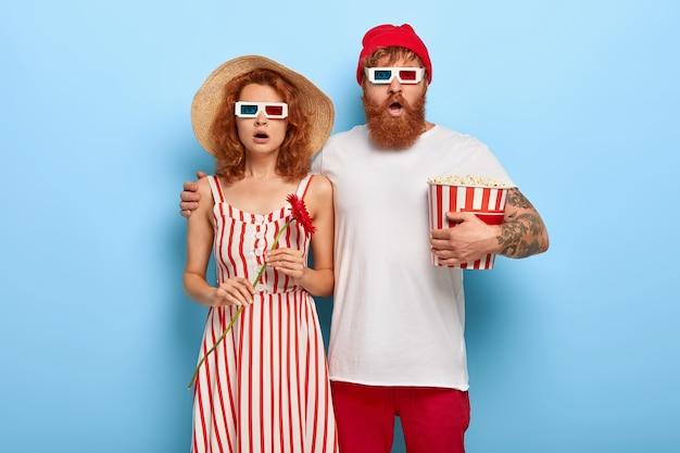 Photo de petit ami et petite amie ont rendez-vous au cinéma