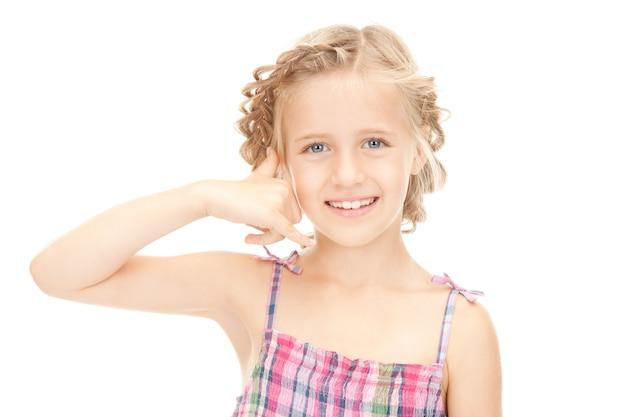 Photo d'une petite fille faisant un geste de m'appeler