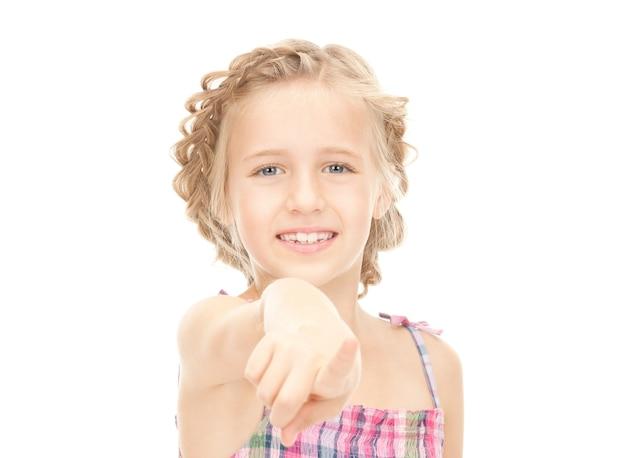 Photo d'une petite fille pointant son doigt