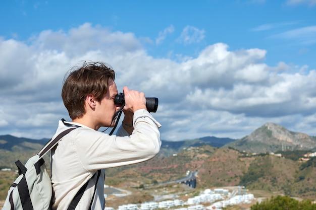Une photo peu profonde d'un jeune voyageur d'espagne