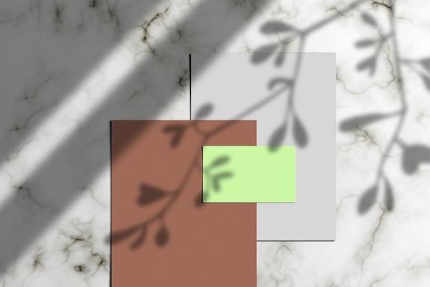 Photo d'une pile de papier à lettres, d'une carte de visite vierge et d'une maquette de documents