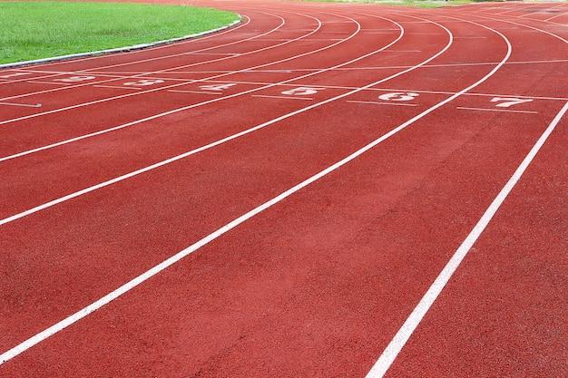 Photo d'une piste de course rouge pour la compétition ou l'exercice, en arrière-plan. concept sportif.
