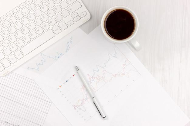 Photo plat laïcs de bureau blanc avec ordinateur portable, smartphone, lunettes, cahier et stylo avec fond espace copie. maquette