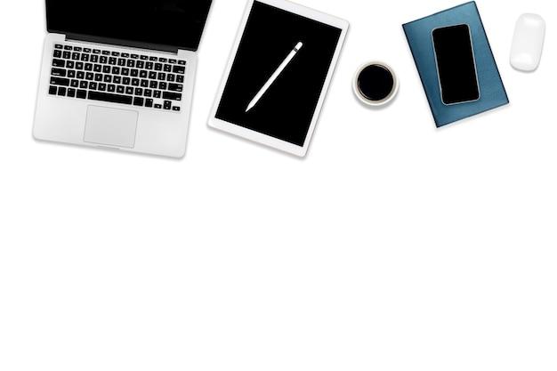 Photo plate de la table de bureau avec ordinateur portable, tablette numérique, téléphone portable et accessoires.