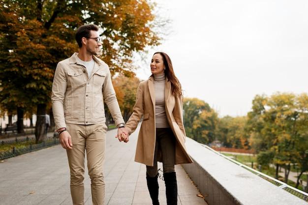 Photo en plein air d'une jeune femme heureuse avec son petit ami appréciant la date. saison froide.