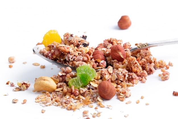 Photo de pleine cuillère de granola isolé