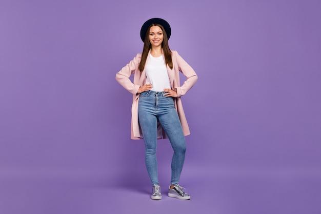 Photo pleine grandeur charmante jolie jolie fille séduisante mettre les mains dans la poche profitez de passer le week-end de temps libre avec des amis porter des vêtements modernes et élégants isolés sur fond de couleur violet