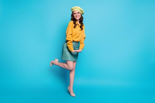 Photo pleine longueur d'une jolie fille séduisante et charmante profitez du repos, détendez-vous, portez des vêtements de bonne apparence isolés sur fond de couleur bleu