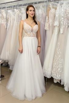 Photo pleine longueur de la mariée dans la boutique de mariage