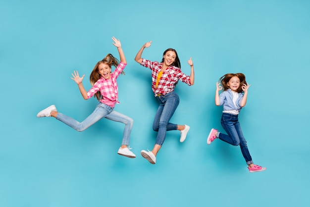 Photo pleine longueur de la taille du corps blanc se réjouissant de la famille gagnante ravie d'avoir donné des commentaires sur quelque chose portant des jeans denim tout en isolé avec un fond bleu