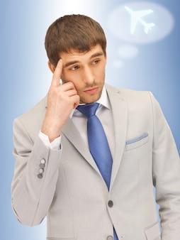 Photo portrait d'homme pensif avec symbole d'avion