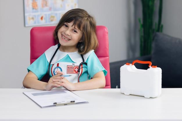 Photo de portrait d'une infirmière en uniforme médical regardant l'avant et le sourire