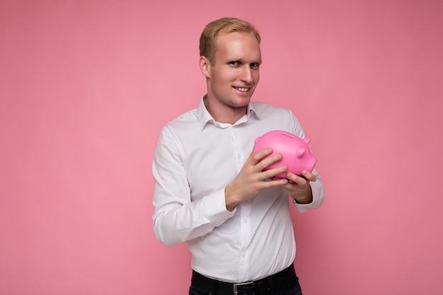 Photo de portrait d'un jeune bel homme blond souriant et positif avec des émotions sincères portant