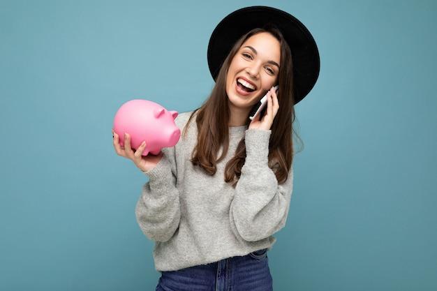 Photo de portrait de sourire positif heureux riant jeune belle femme brune portant élégant