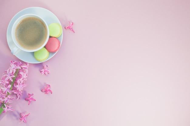 Photo de pose à plat d'une tasse à café avec des fleurs