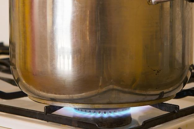 Photo d'un pot sur les flammes d'un four à gaz