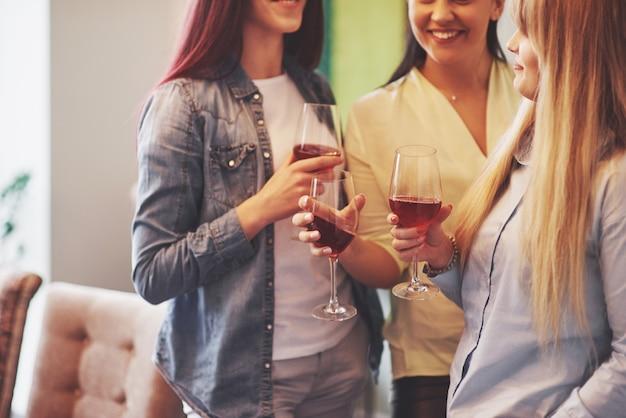 Photo présentant un groupe d'amis heureux avec du vin rouge