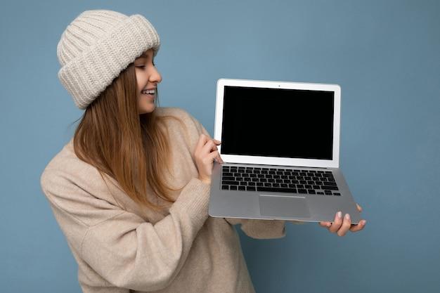 Photo prise de belle charmante fascinante jolie souriante heureuse jeune femme blonde foncée en hiver