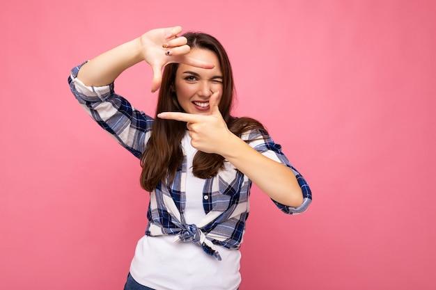 Photo prise de photo de jeune femme jolie brune souriante ravissante positive avec des émotions sincères portant
