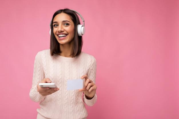 Photo prise de vue de la belle jeune femme souriante joyeuse portant une tenue décontractée élégante isolée