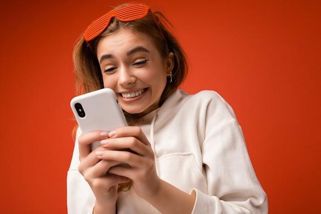 Photo prise de vue de la séduisante ravie heureuse positive bonne à la jeune femme portant un style décontracté