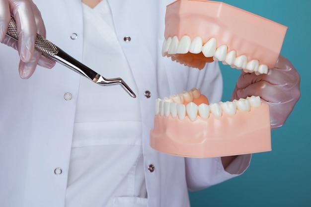 Photo de processus de fabrication d'une anesthésie dans une mâchoire isolée.