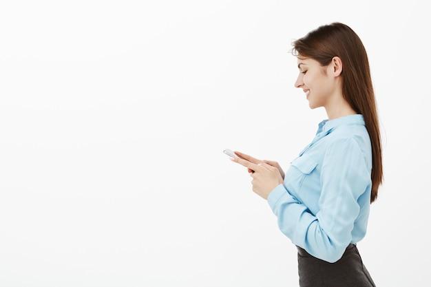 Photo de profil de charmante femme d'affaires brune posant dans le studio