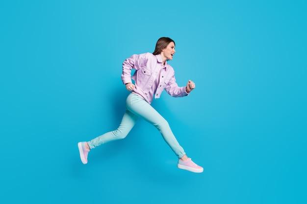Photo de profil complet du corps d'une dame folle qui saute en courant la saison des ventes du centre commercial