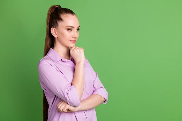 Photo de profil d'une fille intelligente et confiante qui touche le menton à la main, regard à la main, écoute son collègue, la solution de décision du travailleur porte une tenue violette isolée sur fond de couleur verte
