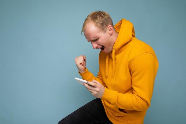 Photo de profil latéral d'un bel homme blond réfléchi.