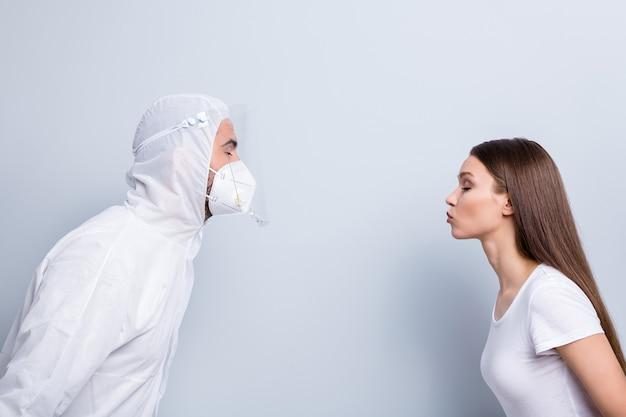 Photo de profil de patient lady guy doc couple dates se tiennent en face veulent baiser