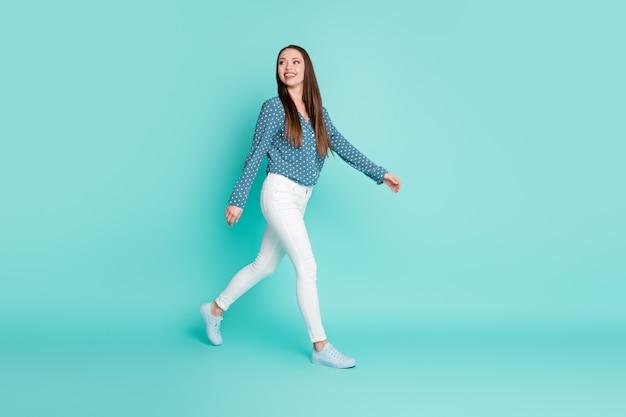 Photo de profil pleine grandeur de l'entrepreneur intelligent belle fille aller espace vide isolé sur fond de couleur sarcelle