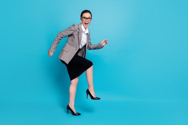 Photo de profil pleine longueur de fun funny boss girl step wear blazer isolé sur fond de couleur bleu