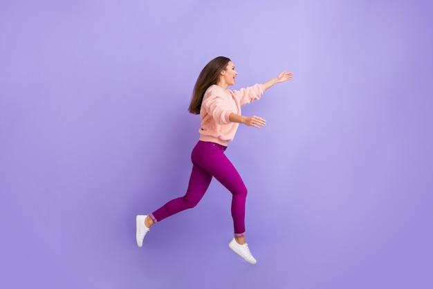 Photo de profil en taille réelle d'une femme joyeuse sautant à une réunion précipitée invitant à l'étreinte