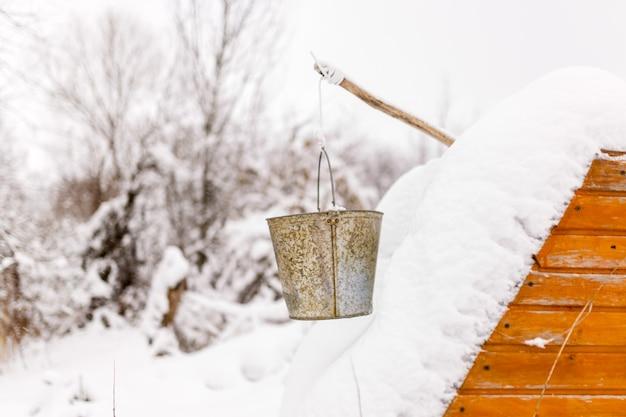 Photo de puits dans la neige, seaux en hiver