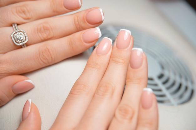 Une photo de quelques beaux et beaux ongles français