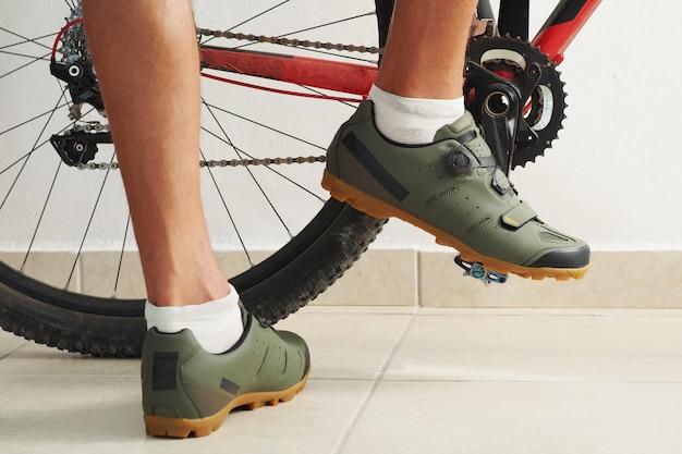 Photo recadrée. cycliste debout près de vélo.