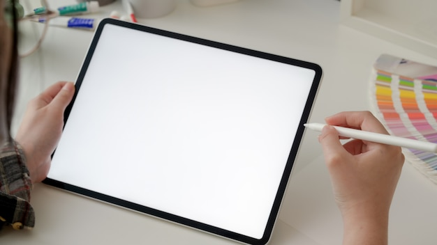 Photo recadrée de designer féminin travaillant sur tablette avec stylet