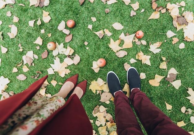 Photo recadrée du couple homme et femme debout et marchant au rendez-vous romantique. aime le style de vie en plein air avec la nature en arrière-plan